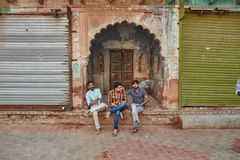 Vrindavan, le 22 octobre 2016 : Amis s'asseyant sur la rue dans Vri Photographie stock libre de droits