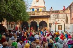 Vrindavan, le 22 octobre 2016 : Chant de groupe de Krishna de lièvres dans Vrindava Image libre de droits