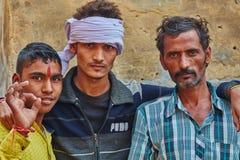 Vrindavan, le 22 octobre 2016 : Trois amis sur la rue, dans Vrin Photos stock
