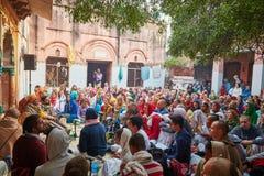 Vrindavan, o 22 de outubro de 2016: Canto do grupo de Krishna da lebre em Vrindava fotografia de stock royalty free