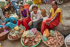 Vrindavan, o 22 de outubro de 2016: Crianças locais que vendem potenciômetros de argila em imagens de stock