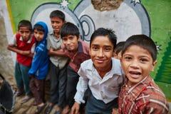 Vrindavan, o 22 de outubro de 2016: Grupo de meninos na rua, em Vrin fotos de stock