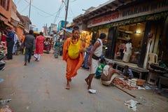 Vrindavan 22 Oktober 2016: Folk på gatan, dagligt livsce Arkivbild