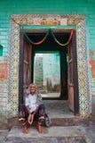 Vrindavan, am 22. Oktober 2016: Indische ältere Frau, die auf sitzt stockfotografie
