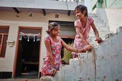 Vrindavan, 22 2016 Październik: Dwa dziewczyny przy ulicą w Vrindava, zdjęcie stock