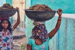 Vrindavan, 22 2016 Październik: Dwa kobiety niesie kosze, w Vrind zdjęcia stock