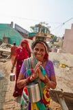 Vrindavan, 22 2016 Październik: Indiańscy kobiet powitań goście z N Obrazy Stock
