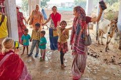 Vrindavan, 22 2016 Październik: Indiański dziecko taniec z Zajęczym Krisem Fotografia Stock