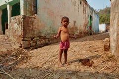 Vrindavan, 22 2016 Październik: Mała indyjska chłopiec na ulicie w V, Zdjęcie Stock
