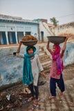 Vrindavan, 22 2016 Październik: Dwa kobiety niesie kosze, w Vrind Fotografia Royalty Free