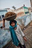 Vrindavan, 22 2016 Październik: Dwa kobiety niesie kosze, w Vrind Fotografia Stock