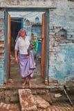 Vrindavan, 22 2016 Październik: Stara dama z dzieckiem na schodkach, i Obrazy Royalty Free