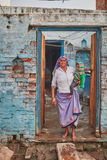 Vrindavan, 22 2016 Październik: Stara dama z dzieckiem na schodkach, i Obrazy Stock