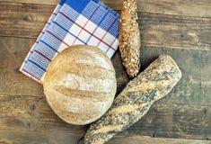 Vário pão dietético de cozimento isolado na tabela de madeira no dishclo Fotografia de Stock