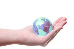 Världsjordklot i hand Arkivfoton
