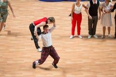 Världsmästerskapet på akrobatiskt vaggar - och - rullar, och världen styr boogie-woogie Arkivfoto