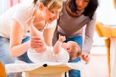 Vroedvrouw gewicht meten of pasgeboren baby die Stock Fotografie