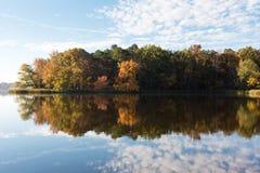 Vroeg Autumn Colors en Blauwe Hemelbezinning in Meer royalty-vrije stock fotografie
