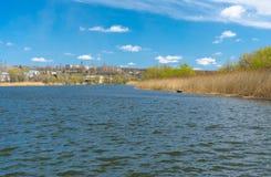 Vroeg de lentelandschap met kleine Oekraïense rivier stock afbeeldingen