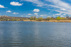 Vroeg de lentelandschap met kleine rivier Sura royalty-vrije stock foto