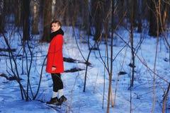 Vroeg de lenteportret van leuk aantrekkelijk ernstig jong meisje die met de donkere sjaal van de haarhitte en rood jasje aan came Stock Foto's