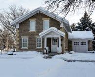 Vroeg het huis van de de 19de eeuwkei op de winterochtend Royalty-vrije Stock Fotografie