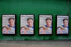 Vroeg verkiezingsaanplakbord met Deense peopespartij stock foto's