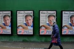 Vroeg verkiezingsaanplakbord met Deense peopespartij stock foto