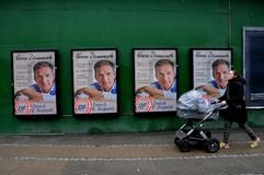 Vroeg verkiezingsaanplakbord met Deense peopespartij royalty-vrije stock foto