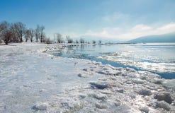 Vroege de lenterivier met drijvend ijs royalty-vrije stock afbeeldingen