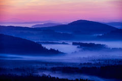 Vroege fogy de herfstochtend op de Tsjechische Oostenrijkse grens Royalty-vrije Stock Afbeelding