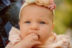Vroege kinderjaren Aanbiddelijk meisje Gezondheid en ontwikkeling van pasgeboren Kind en moedergezondheidszorg Kleutertijd en stock afbeeldingen