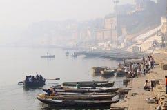 Vroege ochtend in Banaras heilige Ghats, de Rivier van Ganges, India Stock Foto