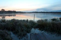 Vroege ochtend bij het meer Stock Foto's