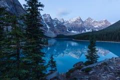 Vroege Ochtend bij Morenemeer in het Nationale Park van Banff stock foto's