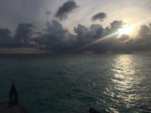 Vroege ochtend in de oceaanwolken en glimmer van de Maldiven Royalty-vrije Stock Afbeelding