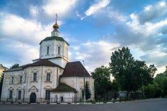 Vroege ochtend in de stad De Veronderstellingskathedraal van de 18de eeuw in Tver-stad, Rusland royalty-vrije stock afbeeldingen