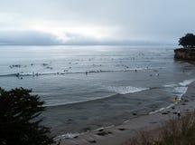 Vroege ochtend die in Santa Cruz CA surfen Stock Afbeeldingen