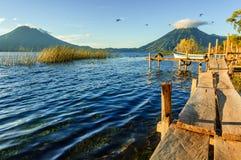 Vroege ochtend & drie vulkanen, Meer Atitlan, Guatemala Royalty-vrije Stock Foto's