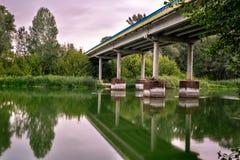 Vroege ochtend en brug over de rivier royalty-vrije stock foto
