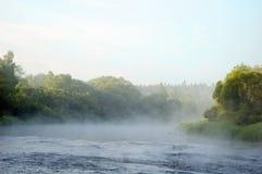Vroege ochtend op bank van de rivier stock afbeelding