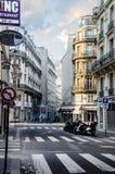 Vroege ochtend, raken de eerste stralen van de zon de straten van Parijs Stock Foto's
