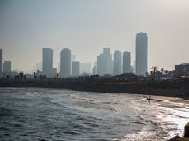 Vroege ochtend Tel Aviv over de zandige baai van Jaffa stock fotografie