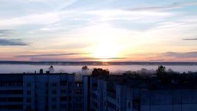 Vroege ochtend, zonsopgang in dikke mist, woonwijk van de stad, rand van de stad, timelapse, ochtenddageraad stock video