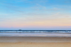 Vroege ochtendmening over het strand in Polzeath stock fotografie