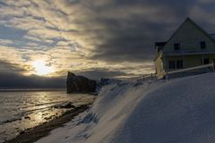 Vroege ochtendmening van Perce Rock met oud huis in voorgrond Stock Foto's