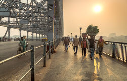 Vroege ochtendscène op de brug van Howrah op rivier Hooghly Kolkata, India stock foto's