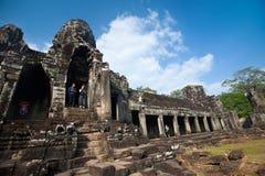 Vroege ochtendtoerist die de Bayon-tempel, een deel bezoeken van de ruïne oude tempel Kambodja van Angkor Thom Stock Afbeeldingen