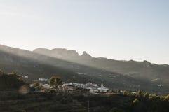 Vroege ochtendzon die op een bergdorp bevlekken Royalty-vrije Stock Afbeeldingen