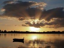 Vroege ochtendzonnestraal - dageraad over de baai. Royalty-vrije Stock Foto